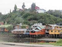 Maison colorée sur pilotis de Castro