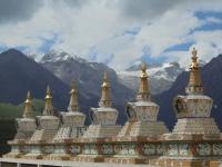 chortens-tibet-paysage-montagne