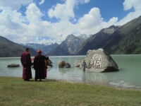 xinluhai-lac-tibet-moine-touriste