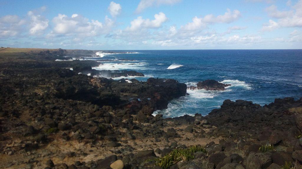 côte est volcanique de l'île de pâques,