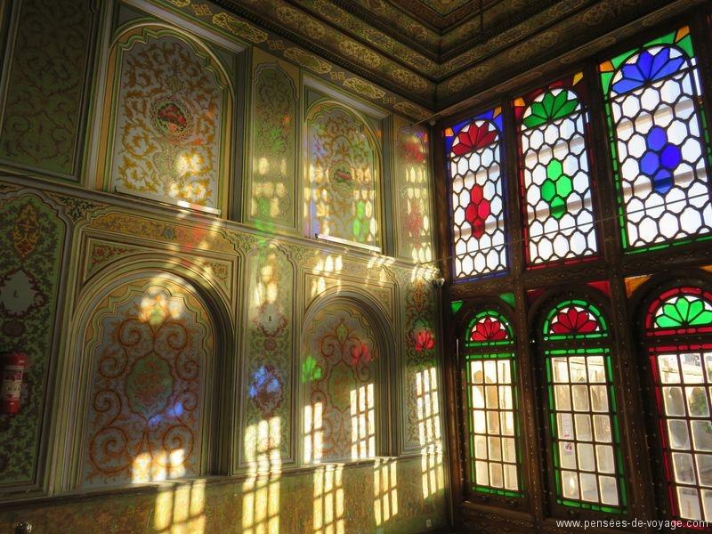 Rayons de soleil à travers les vitraux dans la Naranjestan