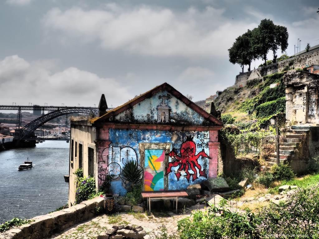 Eglise fermée et décorée à porto, street art