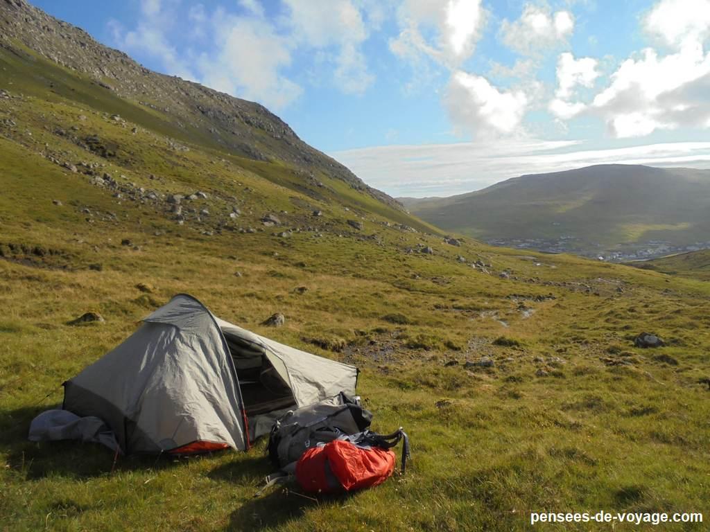 Campement feroe sous le soleil
