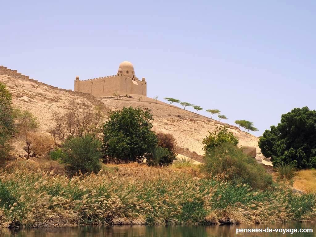 vue sur le mausolee d'aga khan a Assouan