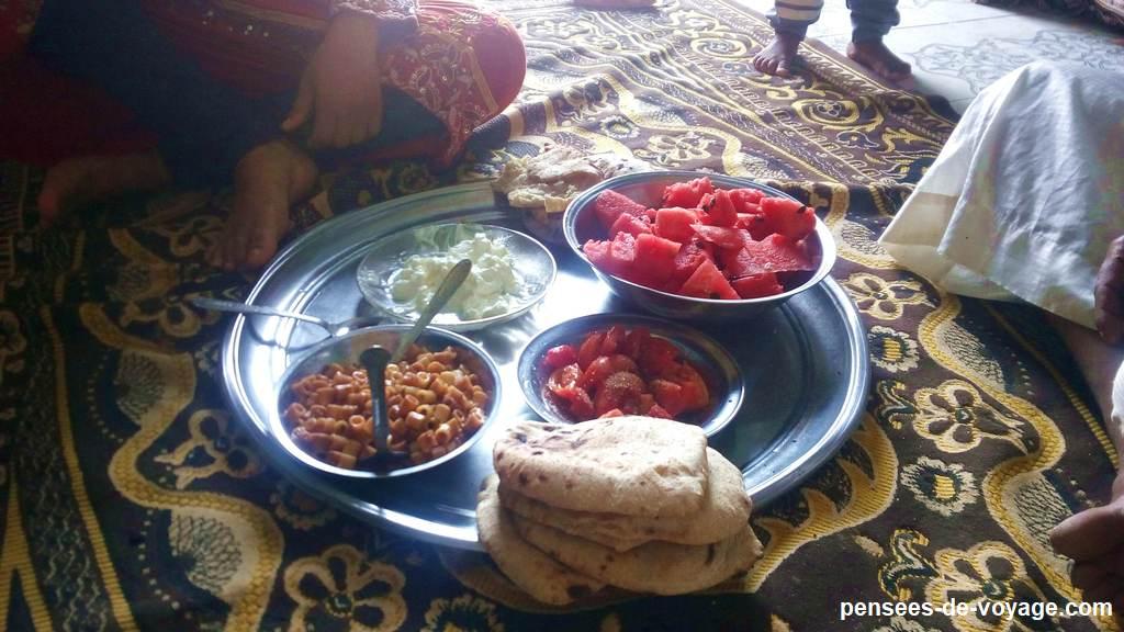 Plateau repas en Egypte sur le sol