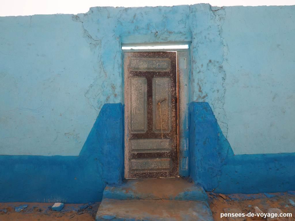 porte bleu maison nubienne