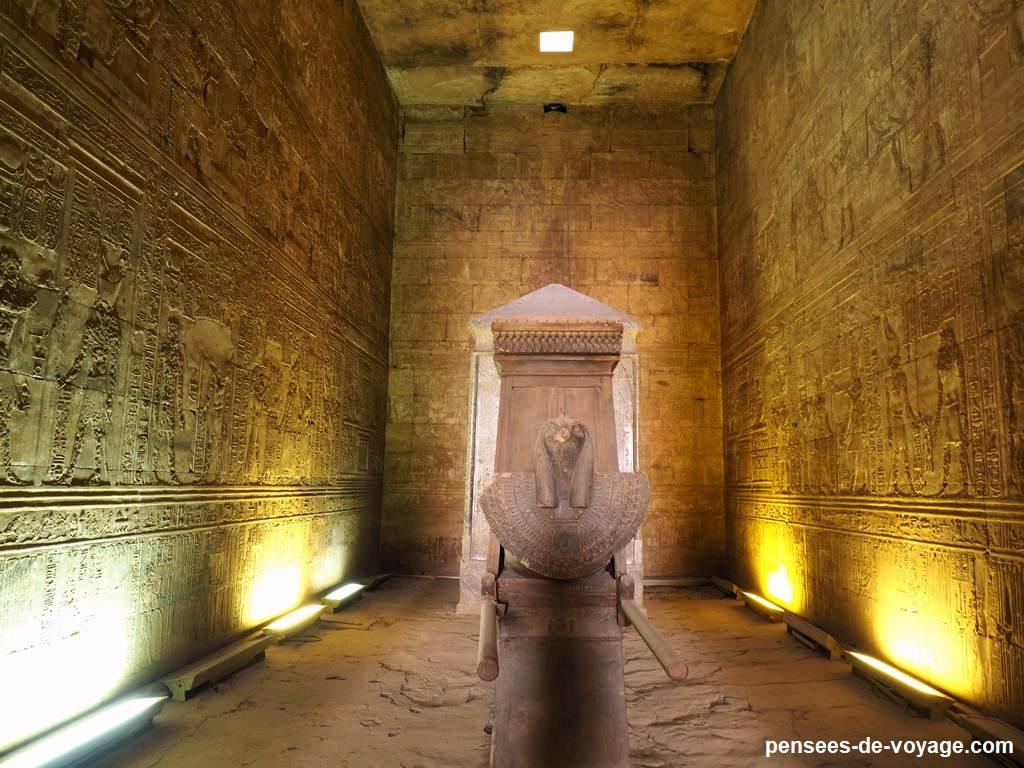 La barque d'Horus a l'intérieur du temple