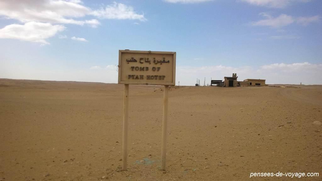 Panneau dans le désert à Sakkara