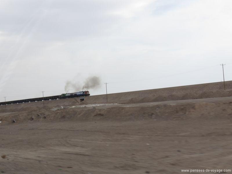 la route en Iran dans le desert train