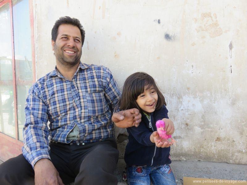 iraniens petite fille et poussin