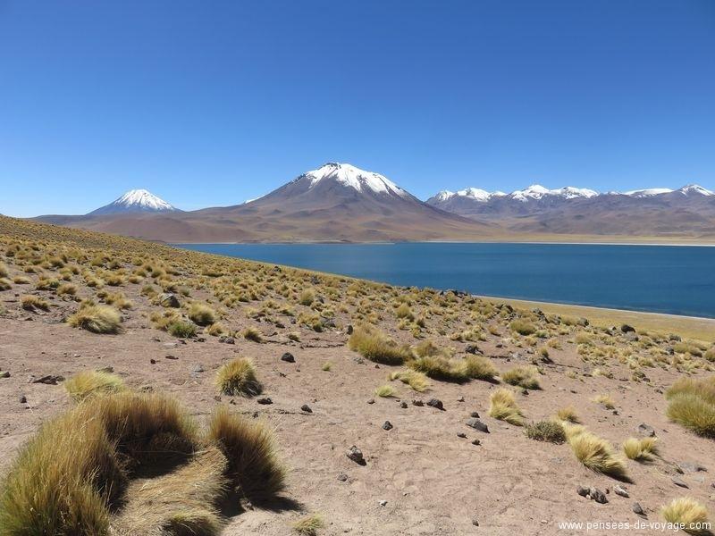 lagon et volcan eau bleu foncée