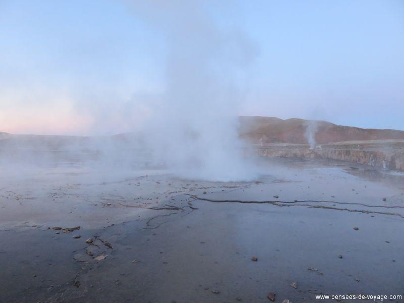 geyser del tatio au lever du soleil