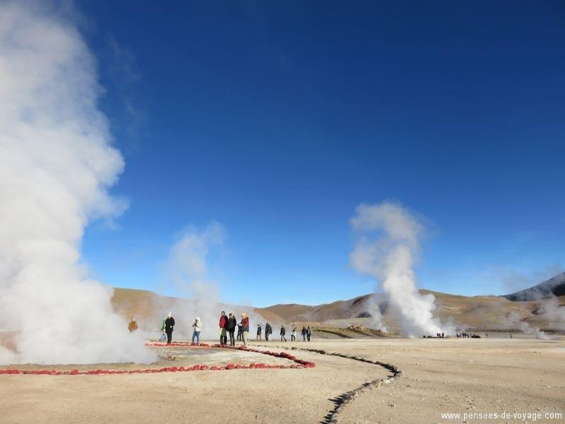 touristes et geysers au chili